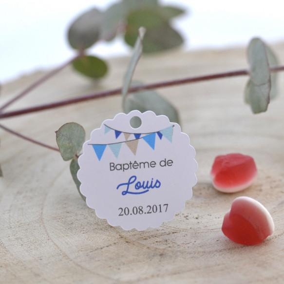 baptême, étiquette blanche, motif fanions bleus
