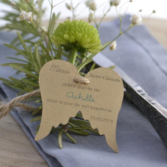 baptême, marque-place invité, papier kraft, ailes d'ange, remerciements.